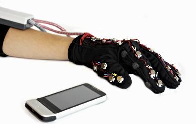高科技手套让聋哑人与普通人无障碍沟通
