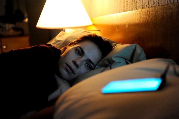 英剧《黑镜》里的概念手机,图中的发光体