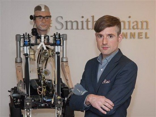 新型仿生机器人颇似人类 能行走呼吸心脏跳动