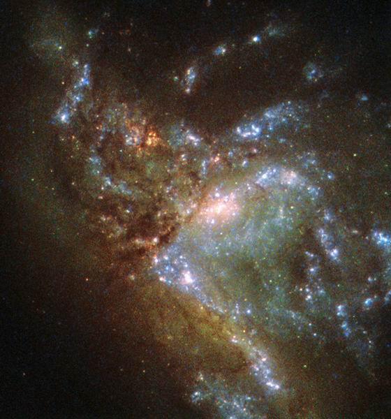 哈勃望远镜最新拍摄一个壮观绚丽的合并星系