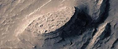 精美火星图像呈现奇特陨坑和二氧化碳冰盖
