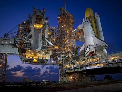 """图:""""发现号""""航天飞机矗立在发射台上"""