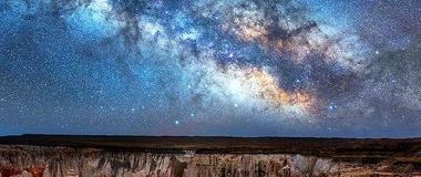 摄影师拍银河与风暴同框震撼美景