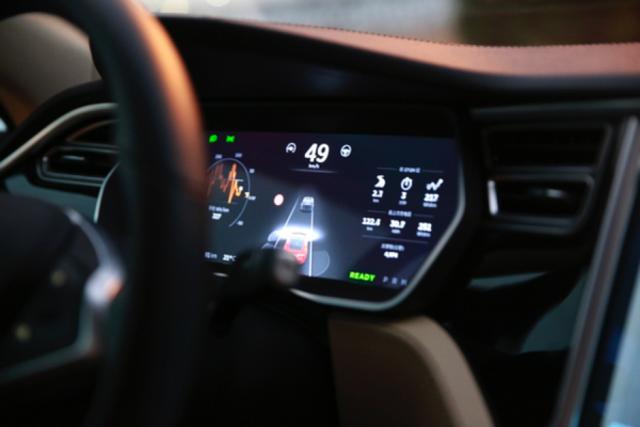 全自动vs半自动:无人驾驶技术道路之争