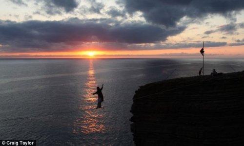 冒险家悬崖挑战高空走钢丝 极限跳伞(组图)