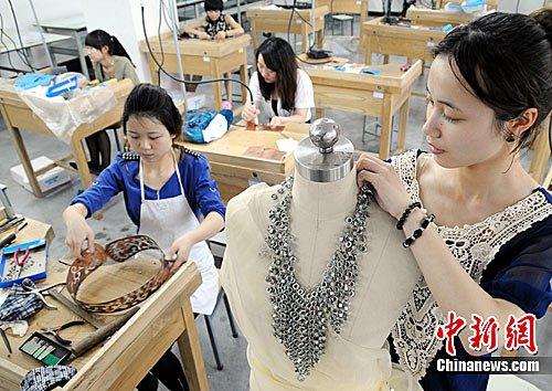 浙江学生制造另类首饰 254颗螺帽添颈上风景