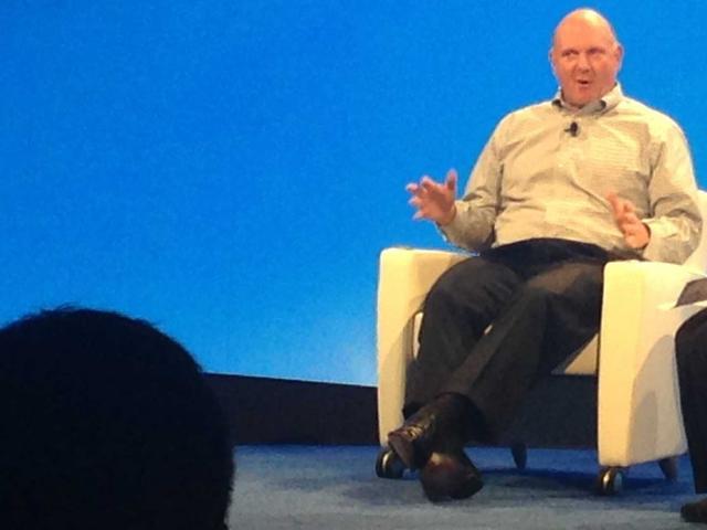 鲍尔默会场激情歌唱 称不愿再回首看微软