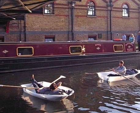 受儿时游戏纸船启发 英两青年造最轻便折叠船