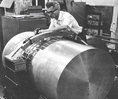 韦伯教授在调试他的引力波探测器(1965年)