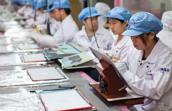 代工厂的工人在做工
