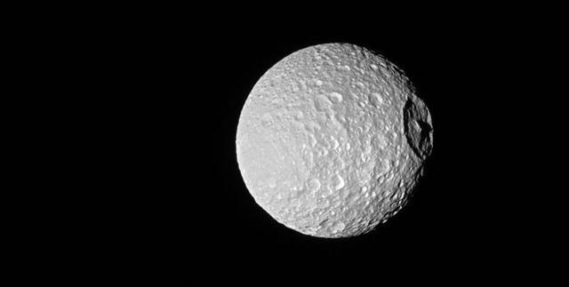 卡西尼探测器拍摄到土星的冰冷月亮
