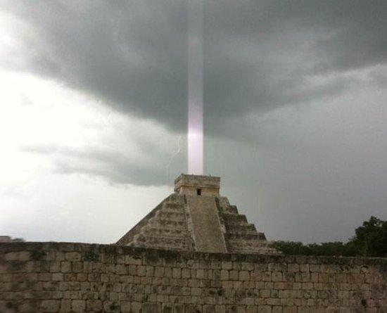 玛雅神庙神秘轴状光束 疑为世界末日警示信号