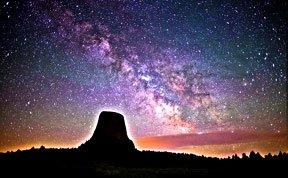 摄影师在魔鬼塔近距离接触银河
