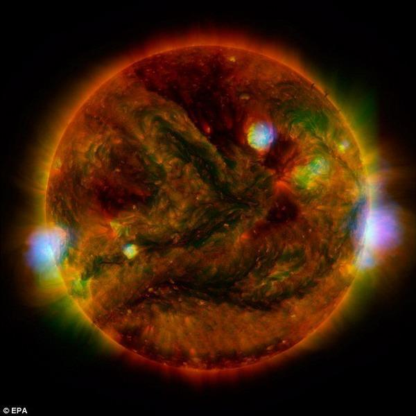 NASA合成图像显示太阳像橙色弹珠