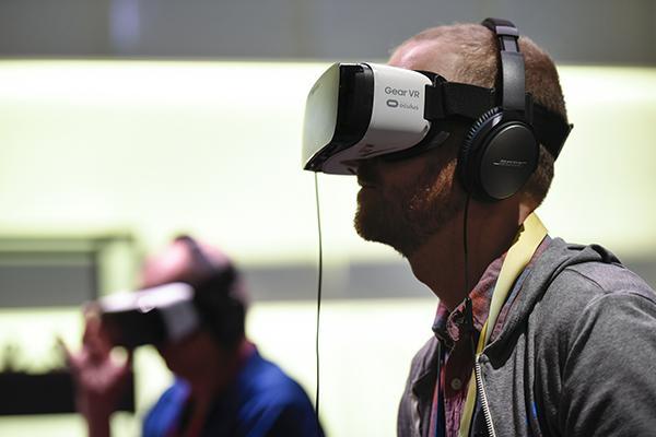 奥克卢斯公司与三星联合开发的虚拟现实设备Gear VR。 视觉中国 资料