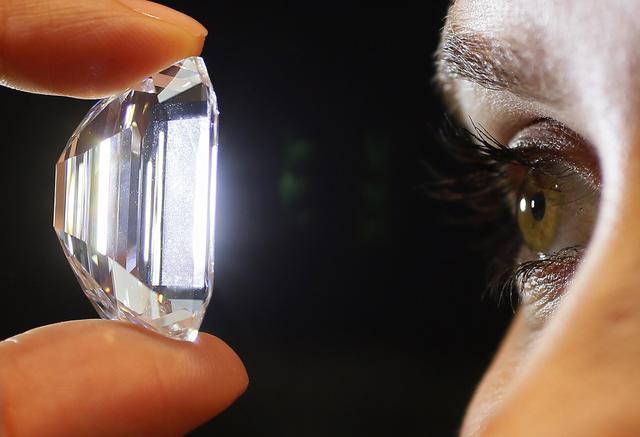 科学家意外造出比天然钻石更坚硬的夜光宝石