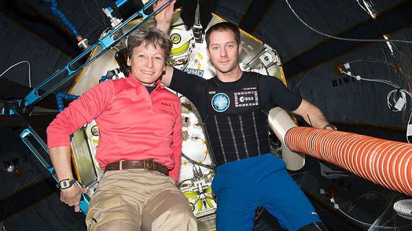 """国际空间站宇航员再次进入""""太空充气屋"""" 并体验新太空衣"""