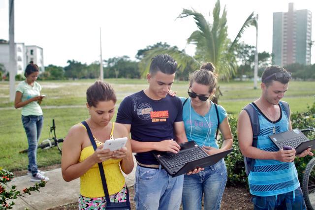 古巴人上网太不容易 成群结队在酒店外蹭WiFi