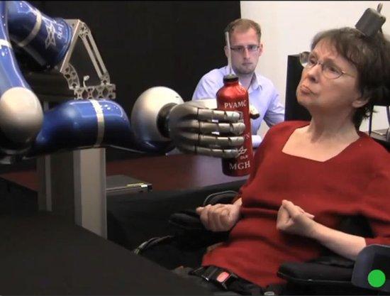 瘫痪者大脑意识控制机械手臂可拿物体喝咖啡