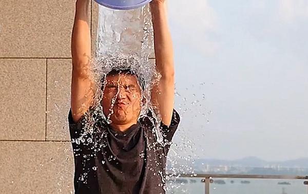 """冰桶挑战""""浇""""到中国 雷军罗永浩都要""""湿身"""""""