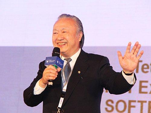 图文:软银移动高级执行副总裁松本彻三主题演讲