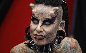 """女子愿做""""改装吸血鬼"""" 全身文身头长角"""