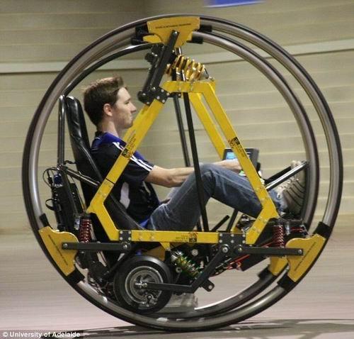 """澳设计巨轮电动车 驾驶者成为""""车轮沙鼠"""""""
