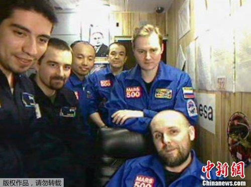 """10月25日,欧洲航天局(ESA)公布了一张拍摄于2011年8月份的视频截图,图片显示了正在进行""""火星-500""""项目的志愿者合影,其中中国志愿者王跃(左三)看上去精神不错。"""