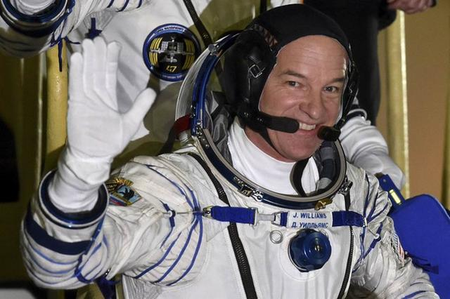 威廉姆斯成为太空执勤时间最长的美国宇航员