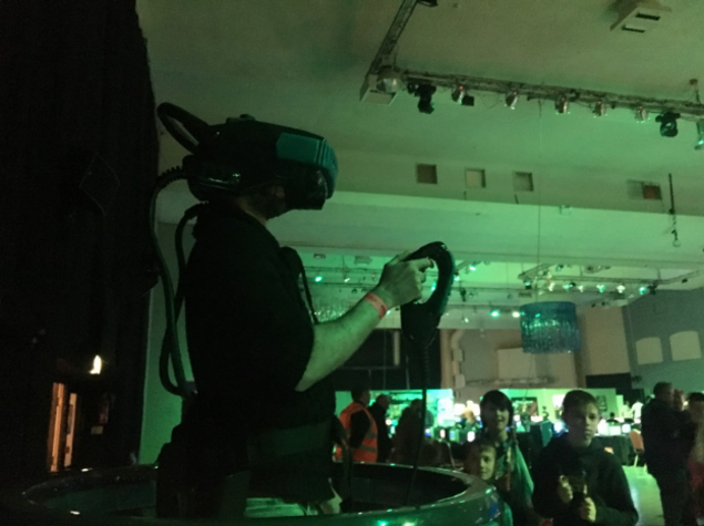 原来上个世纪90年代就有VR游戏机了 玩起来是怎样一种体验?
