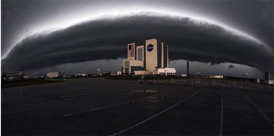 NASA基地遭遇风暴袭击 乌云压境如同世界末日