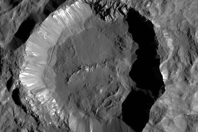 黎明号探测器拍摄到谷神星神秘的明亮物质