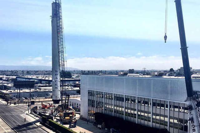 SpaceX公司首次展出回收的猎鹰9号火箭