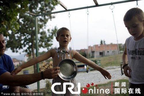 """6岁的""""人体磁铁""""卢卡·卢基克能用身体吸附金属"""