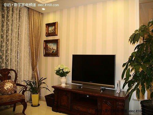 图上的欧式古典风格装饰电视柜,沙发,还有墙上的装饰画都采用了深色调