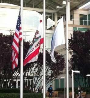美国苹果总部降半旗