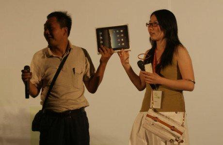 现场选取的两位站长在见证腾讯iPad抽奖者诞生(腾讯科技摄)