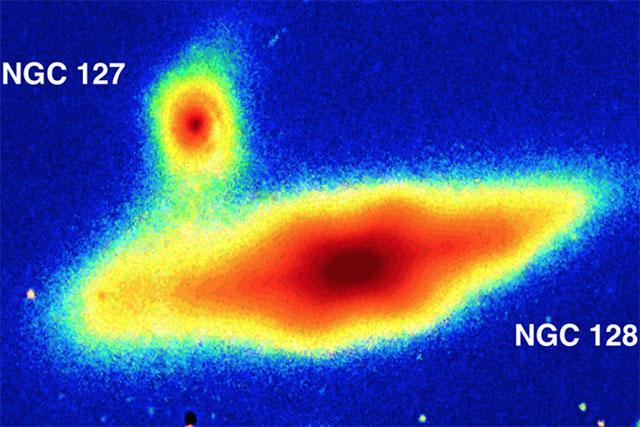 """澳天文学家发现邻近星系异常的""""花生外壳"""""""