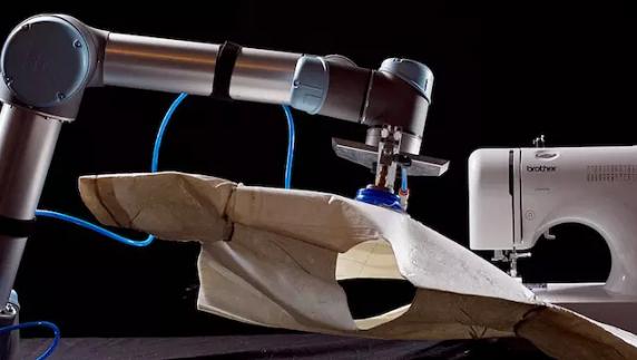 他做了一个缝纫机器人,但服装生产自动化这事还需要时间