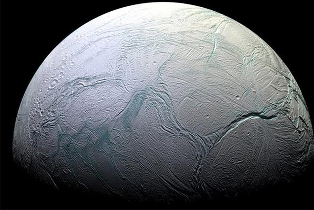 NASA卡西尼探测器拍摄到土卫二冰层裂缝