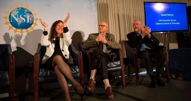 科学家为直接探测到引力波的消息欢呼(从左到右分别为:Gabriela Gonzalez, Rainer Weiss和Kip Thorne)