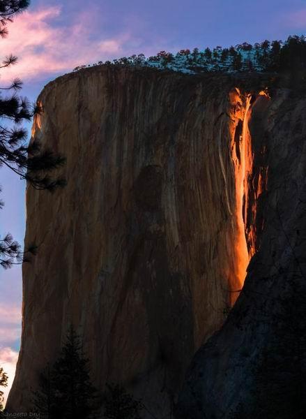 """美国约塞米特蒂国家公园出现神秘""""火焰瀑布"""""""
