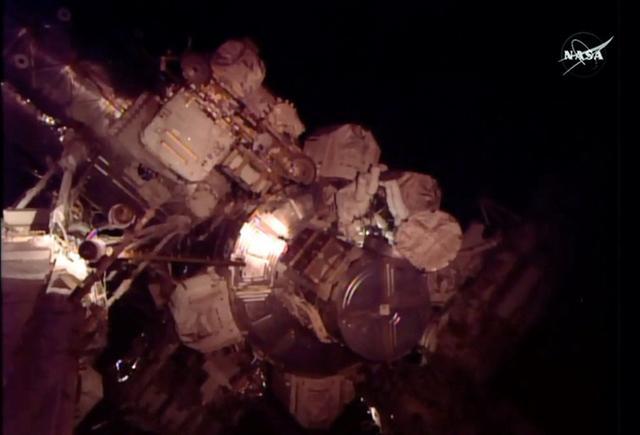 宇航员太空行走出现轻微氨气泄漏和手套破损