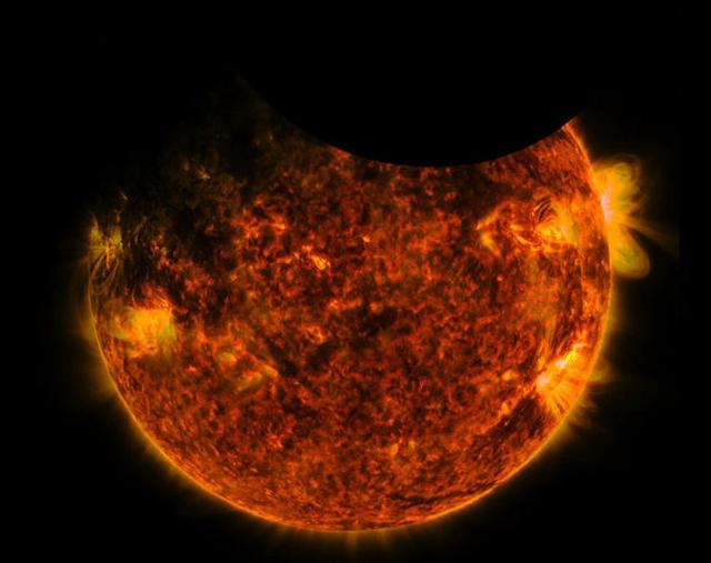 照片中地球和月球同时从太阳面前经过,在画面上留下了两个影子图片