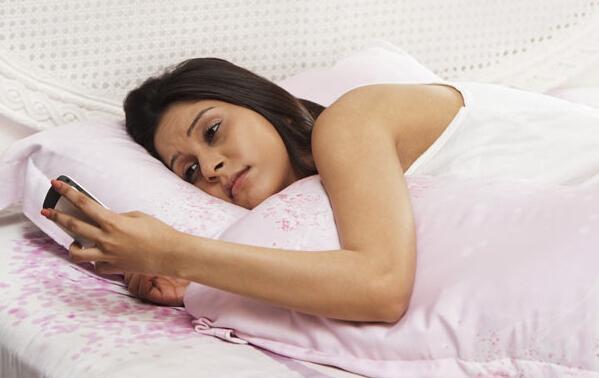 莫在睡前玩手机:易患癌症和抑郁症