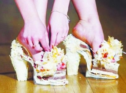 英国女大学生用奶酪和面包制作出高跟鞋(图)