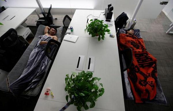 """外媒:""""睡在公司""""已成中国科技行业文化"""