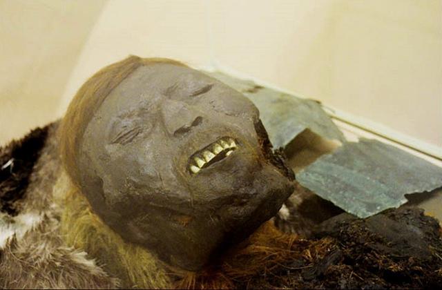 西伯利亚发现戴着铜质面具的千年木乃伊