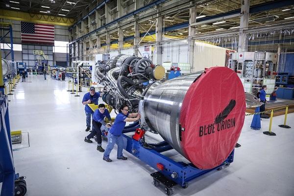 """杰夫·贝索斯发推:""""蓝色起源""""首个BE-4火箭引擎已完成组装"""