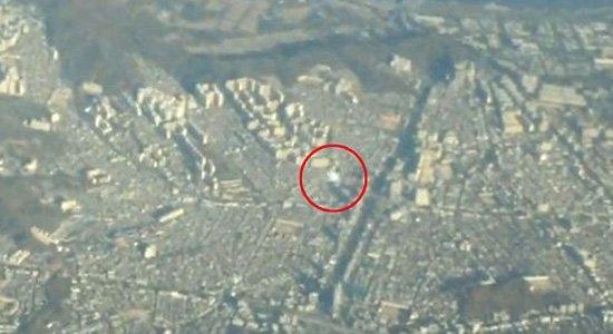 神秘ufo在韩国首尔上空一架客机旁边飞行